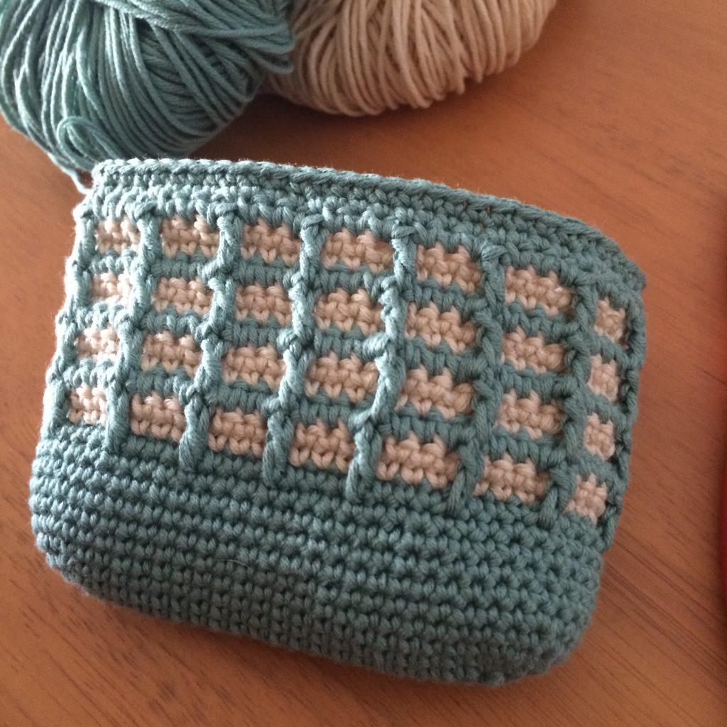 ワッフル編みのポーチ側面まで