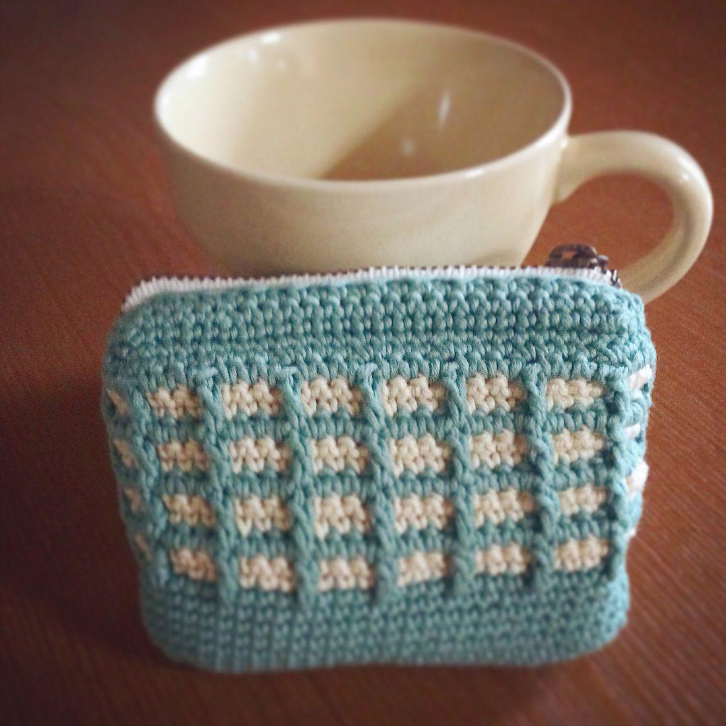 ワッフル編みのポーチ青